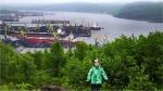 1. Po tygodniu, zmęczeni hałasem i natłokiem turystów w Petersburgu, przylecieliśmy do Murmańska – największego miasta świata położonego za kołem podbiegunowym. Chociaż mieszka tu 200 tysięcy ludzi, zadziwił nas jego spokój. Miasto leży ok 50 kilometrów od otwartych wód morza Barentsa w fiordzie kolskim, a jego sercem jest port. Jest to jedyny rosyjski nie zamarzający port za kołem podbiegunowym ze względu na przepływający tędy ciepły prąd morski Golfstrom. Dzięki niemu zimy w Murmańsku są łagodniejsze – temperatury dochodzą co najwyżej do -20 stopni Celsjusza, a latem średnia temperatura to ok. 10 stopni. Gdy byliśmy tam na początku lipca było ok. 5-8 stopni. Na szczęście nasza rosyjska przyjaciółka pożyczyła nam zimową odzież.