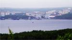 4. Będąc na Półwyspie Kolskim bardzo chcieliśmy zobaczyć łodzie atomowe w czynnej służbie, ale są one ukryte przed wzrokiem ciekawskich w miastach zamkniętych do których wstęp mają tylko mieszkańcy – ludzie zawodowo związani z Flotą Północną. W obwodzie murmańskim takich miast jest łącznie 7. Rosjanie mogą ubiegać się o specjalną przepustkę na wjazd, lecz dla obcokrajowców jest to niemożliwe. W jednym z tych miast, w Gadżyjewie, ok. 80 kilometrów od Murmańska mieszka moja rosyjska przyjaciółka Madina. Jej mąż pływa na podwodnych okrętach atomowych. Dlatego też nie mogliśmy się u niej zatrzymać, ani jej odwiedzić. Za to Madina codziennie przyjeżdżała do nas po pracy marszrutką, aby z nami pobyć. Podpowiedziała nam też, w jaki sposób możemy zobaczyć upragnione atomówki. Udaliśmy się kilkadziesiąt kilometrów na drugi brzeg fiordu kolskiego i stamtąd podglądaliśmy sąsiednie miasto zamknięte, Severomorsk ze stacjonującymi tam nawodnymi okrętami atomowymi.