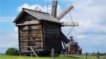 14. Po przyjeździe do Karelii postanowiliśmy udać się wodolotem na wyspę Kiży. Znajduje się tam skansen architektury drewnianej wpisany na listę UNESCO z ponad 80-oma obiektami: cerkwiami, chatami mieszkalnymi, młynami. Największą atrakcją jest cerkiew Przemienienia Pańskiego z 22 kopułami. Co ciekawe cała budowla została wykonana bez użycia gwoździ. Niestety cerkiew była akurat w remoncie i mogliśmy ją obejrzeć tylko z zewnątrz. Rekompensatą za to był koncert  miejscowych mnichów w drugiej pobliskiej cerkwi, która była otwarta, kuranty grane na dzwonnicy, czy też pokaz wyrobu drewnianych zabawek na wzór staroruski przez lokalnego cieślę.