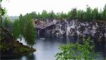 15. W Karelii udaliśmy się też pod fińską granicę do parku Ruskeala, gdzie znajduje się marmurowy kanion. Robi niesamowite wrażenie, chociaż został utworzony sztucznie przez człowieka. To stąd przez 2,5 wieku wydobywano marmur wykorzystany do budowy najsłynniejszych budynków Petersburga, w tym Ermitażu, a gdy naruszono integralność skał, złoża zostały porzucone i zalane wodą. Obecnie park stanowi popularną atrakcją turystyczną, po jeziorze można popłynąć łódką, a ci odważniejsi mogą zjechać na tyrolce nad taflą jeziora. Nam wystarczył spacer dookoła jeziora, chociaż deszczowa pogoda nas nie rozpieszczała. Oglądając sztuczne jezioro z różnych perspektyw, zaglądając także do jaskiń powstałych poprzez drążenie i pozyskiwanie marmuru.