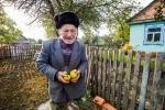 2. Bieda i niesamowita szczerość. Ten Pan ma 90 lat, a biegł aby mi podarować te gruszki.