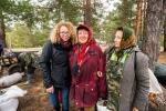 16. Natalia w towarzystwie zaprzyjaźnionych zbieraczek żurawiny ze Stolina