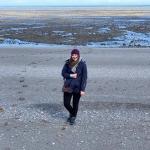 """Cieśnina Magellana, 22 stycznia 2019 roku. Na podstawie listów i dzienników Taty oraz mapy, na której zaznaczył swoją trasę, udało mi się mniej więcej wyznaczyć miejsce, gdzie rozpoczął swój marsz na północ. W końcu zrozumiałam, czym jest """"silny patagoński wiatr"""", o którym Tato pisał w listach do Mamy. Ledwo byłam w stanie utrzymać się na nogach nad brzegiem cieśniny."""