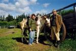 """Estancja """"Stag River"""", grudzień 1995, południowa Patagonia, Argentyna – Kropka i jej poprzedni właściciele – państwo Johnston. To od nich Tato kupił klacz i gościł w ich stadninie przez 14 dni, aby ujeździć Kropkę. Zdjęcie zostało zrobione w dniu, w którym Tato i jego nowa towarzyszka ruszyli wspólnie w drogę."""