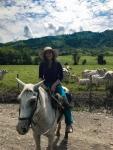 Druga część mojej podróży. W marcu 2019 roku dotarłam do rancza Diego Castaño w Kolumbii. Na zdjęciu siedzę na córce Kropki w siodle Taty. Kropka odeszła w 2015 roku, ale pozostawiła po sobie potomstwo. Siodło, które Tato zostawił Diego jest po 22 latach w znakomitym stanie. U państwa Castaño w okolicach Pereira spędziłam 4 miesiące.